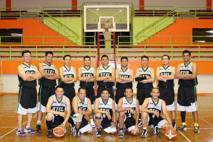 Anjar Pratisto Bersama team basketnya