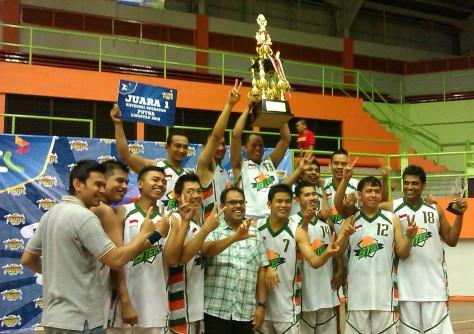 Anjar Pratisto menyabet juara Bersama team basketnya
