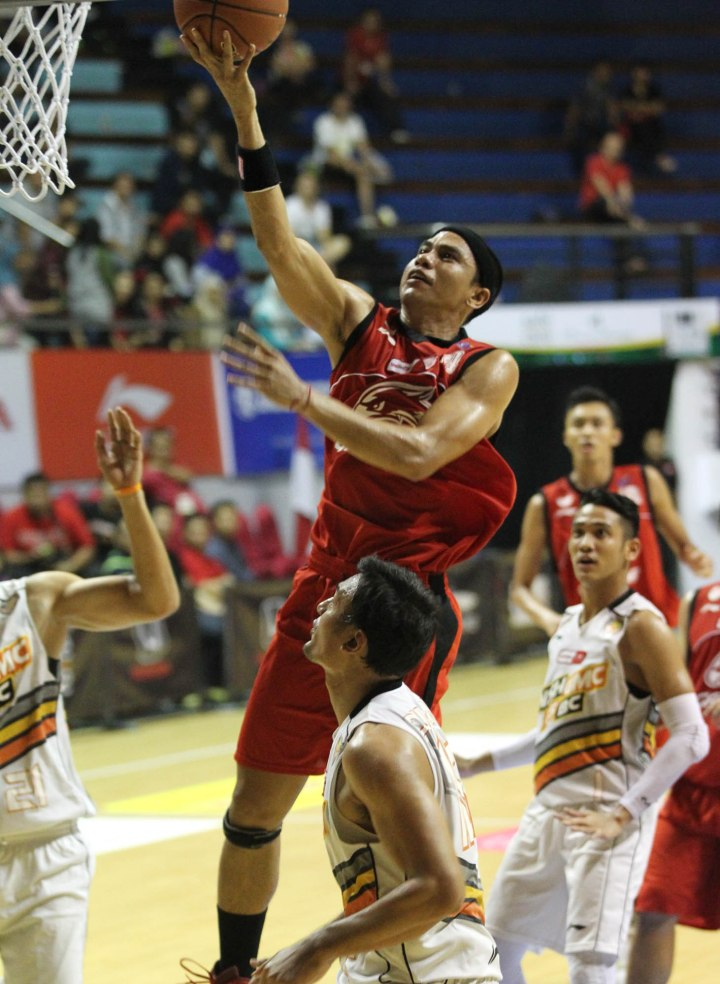 Power forward Garuda Kukar Bandung Fadlan Minallah melakukan layup dalam laga melawan NSH GMC GSBC Jakarta di DBL Arena, Surabaya, Sabtu (11/4).