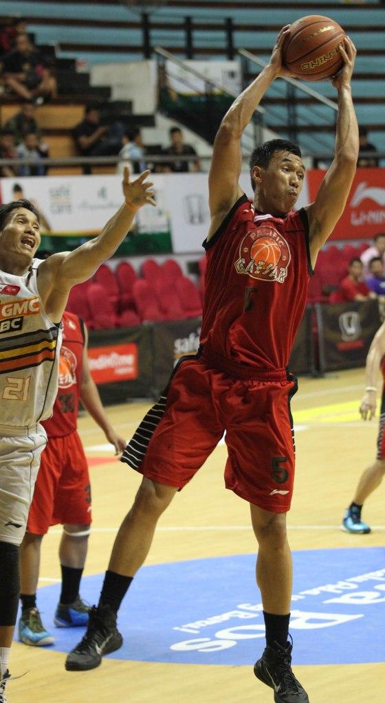 Center Pacific Caesar Surabaya Dian Heryadi (kanan) berhasil merebut  bola rebound dalam laga melawan NSH GMC GSBC Jakarta di DBL Arena, Surabaya, Rabu (8/4).