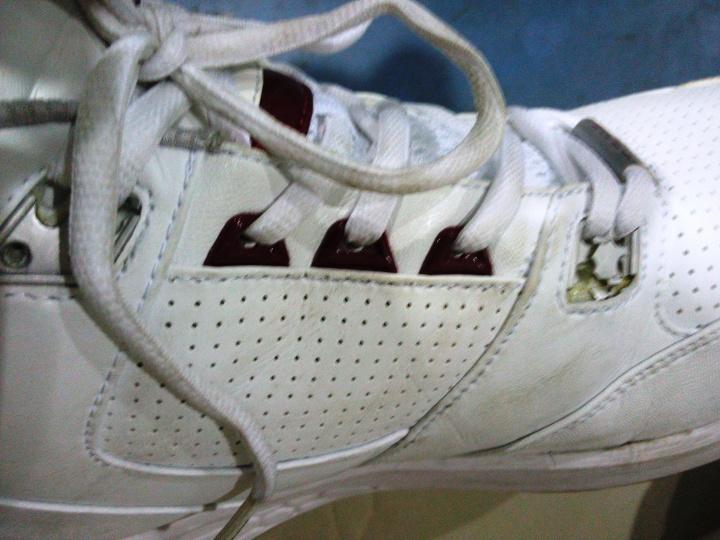 Sisi sepatu kanan, elemen nya hancur dan modelnya jadi terlihat murahan