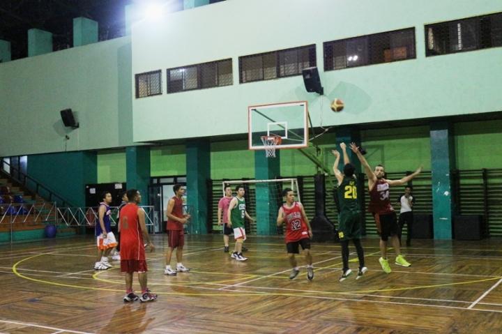 Aksi Roy Manella saat bermain basket