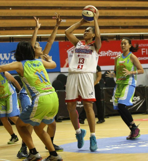 Power forward Sahabat Wisma Sehati Semarang Yuni Anggraeni (dua dari kanan) melepaskan tembakan dalam laga melawan Sritex Dragons Solo di DBL Arena, Surabaya, Minggu (12/4).