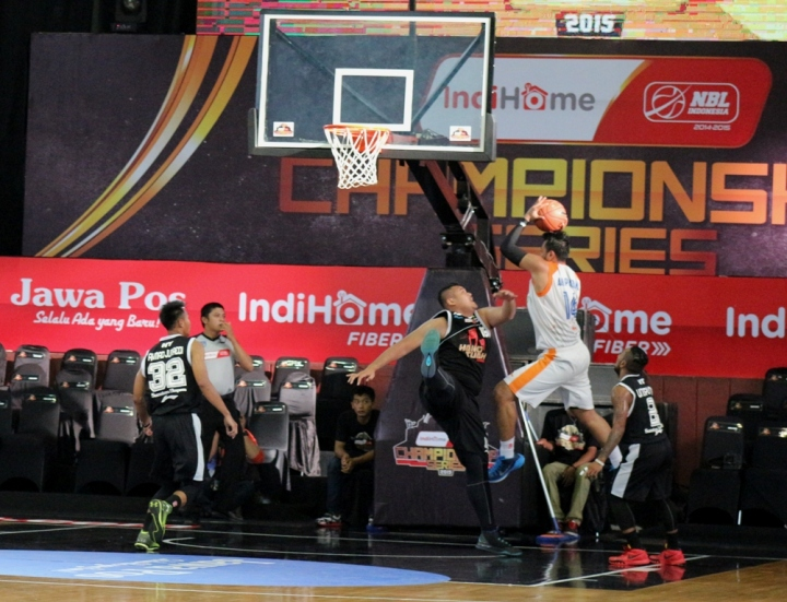 Aksi MVP NBL Indonesia, Adhi Pratama saat melawan Hang Tuah Sumsel