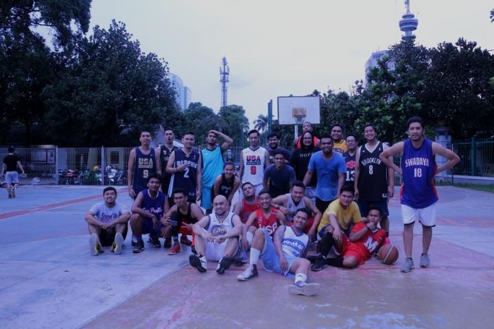 Awwe (Duduk-kiri) bermain basket bersama komunitas monday stweetball