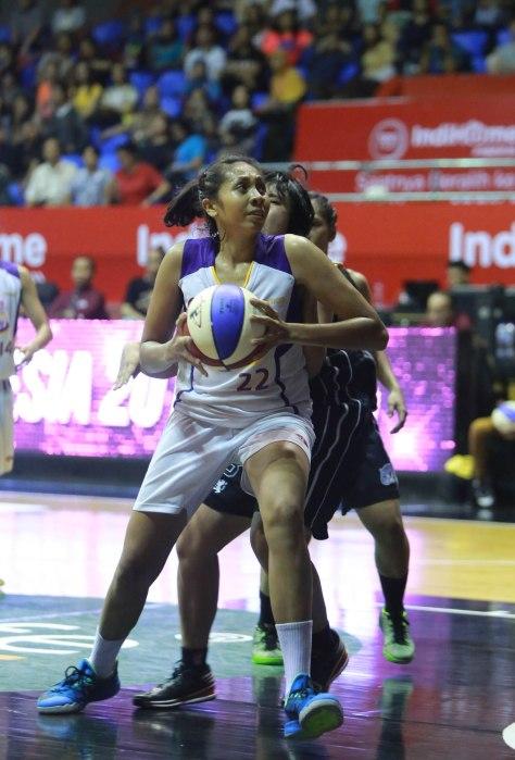 Center Surabaya Fever Gabriel Sophia saat berlaga melawan Merah Putih Predators Jakarta dalam semifinal IndiHome WNBL Indonesia Championship Series 2015 di Hall Basket Senayan, Jakarta, Rabu (65).