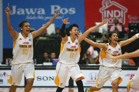 Ekspresi para pemain Tomang Sakti Mighty Bees Jakarta, Jacklien Ibo (kiri), Wulan Ayu Ningrum, dan Marina usai menang tipis di grand final championship series musim lalu di GOR UNY, Yogyakarta.