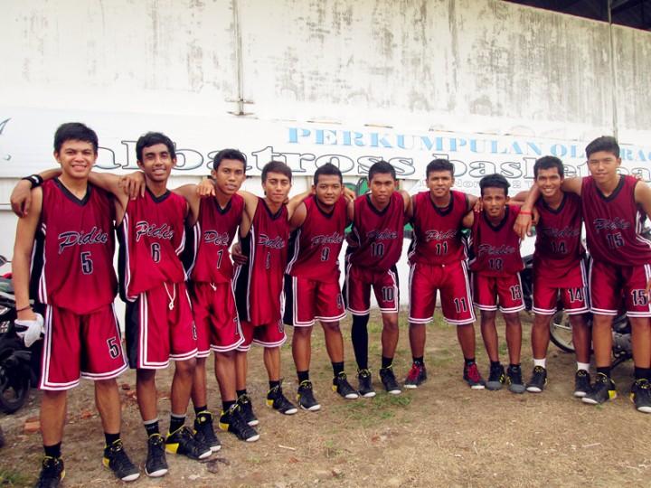 Muhammad Faldhy bersama team Basket Pidie