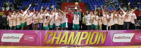 Surabaya Fever meraih gelar Champion IndiHome NBL Indonesia 2014-2015 setelah mengalahkan Sahabat Wisma Sehati Semarang di Hall Basket Senayan, Jakarta, Jumat (8/5).
