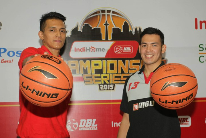 Power forward Garuda Kukar Bandung Galank Gunawan (kiri) dan Ebrahim Enguio Lopez (shooting guard M88 Aspac Jakarta) dalam sesi foto seusai press conference IndiHome NBL Indonesia Championship Series 2015 di Hall Basket Senayan, Jakarta, Jumat (1/5/2015).