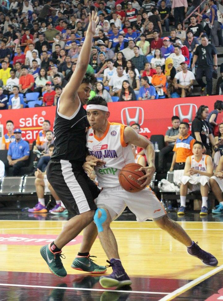 hooting guard Pelita Jaya Energi Mega Persada Jakarta Dimas Aryo Dewanto (kanan) dihadang Tri Wilopo dari Hangtuah Sumsel IM dalam lanjutan IndiHome NBL Indonesia Championship Series 2015 di Hall Basket Senayan, Jakarta, Sabtu (2/5).