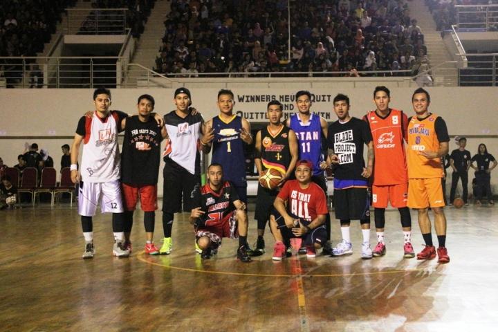 """""""Nightmare"""" (berdiri-kiri) saat bersama para streetballers profesional dan pemain NBL Indonesia"""