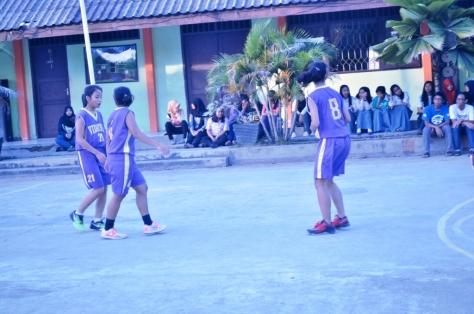 Geralda saat bermain bersama team basket sekolahnya SMA VIDATRA Bontang, Kalimantan Timur