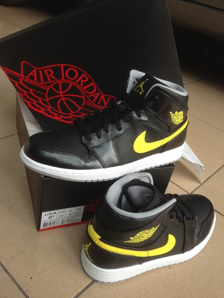 Air Jordan 1 Tampak samping with box