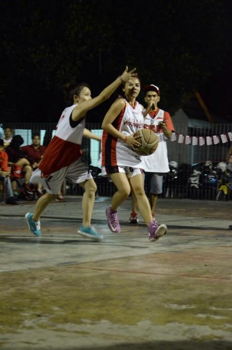 Aksi Ibeth Idol (Kiri) saat dilapangan Basket