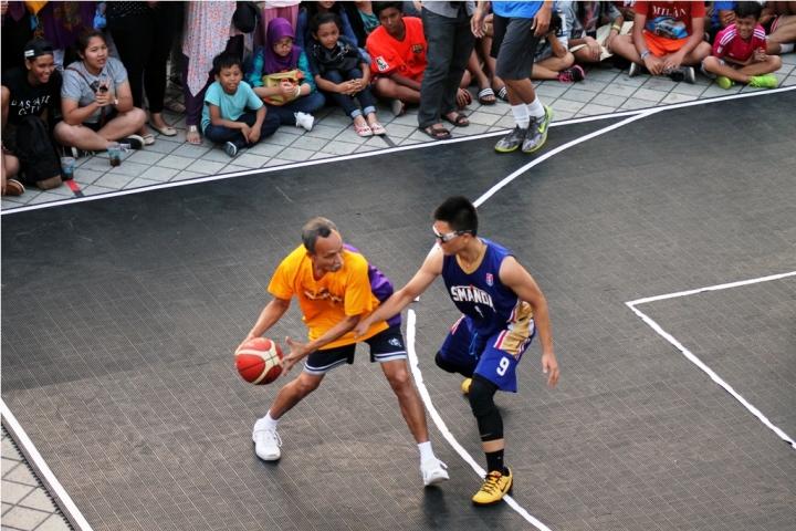 Aksi Bambang Hermansyah di lapangan, masih lincah dan bersemangat saat bermain basket.