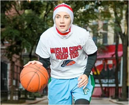 "Indira Kaljo mengenakan kaos bertuliskan ""Muslim Girls Hoop Too"" sebagai aksi kampanye dan protes kepada FIBA."