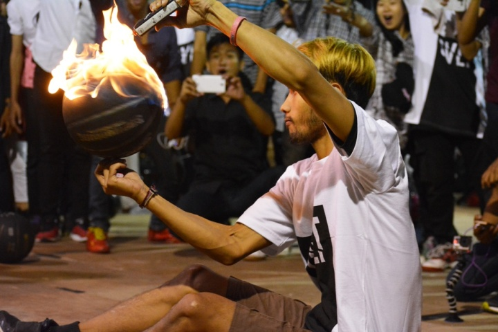 Aksi Dori dari Kindom Freestyle Basket Jogjakarta memukau penonton di IOXC 2015 Bandung