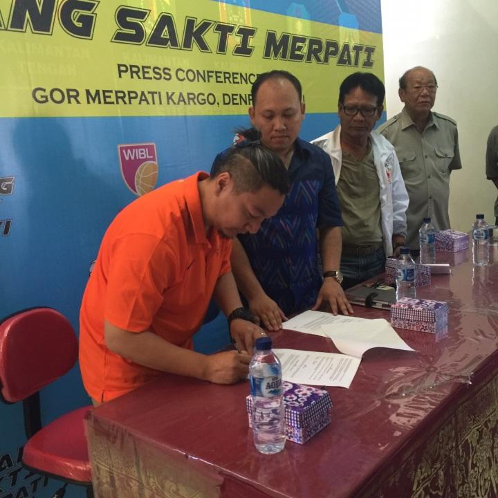 Hasan Gozali menandatangi MOU disaksikan oleh perwakilan PB Merpati Deddy Setiawan ,Ketua Koni Bali dan Ketua Pengprov Perbasi Bali