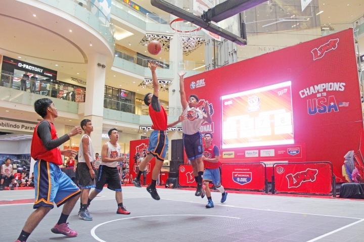 BERSAING: Tim basket 3X3 SMAN 2 Pekanbaru berhasil jadi salah satu tim lolos ke fase playoff Loop 3X3 Competition National Championship pada laga yang digelar di Gandaria City Jakarta.