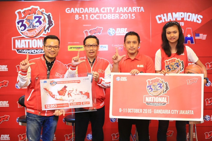 TERBESAR: (dari kiri) Nirwan Lesmana (vice president marketing communications Telkomsel), Primadi K Putra (vice president corporate and community Telkomsel), Donny Rahardian (general manager PT DBL Indonesia), dan Dyah Lestari (SMA Tri Tunggal Semarang - Juara Loop 3X3 Competiiton National Championship 2014) pada press conference Loop 3X3 Competition National Championship di Wisma Mulia Jakarta 7 Oktober 2015.