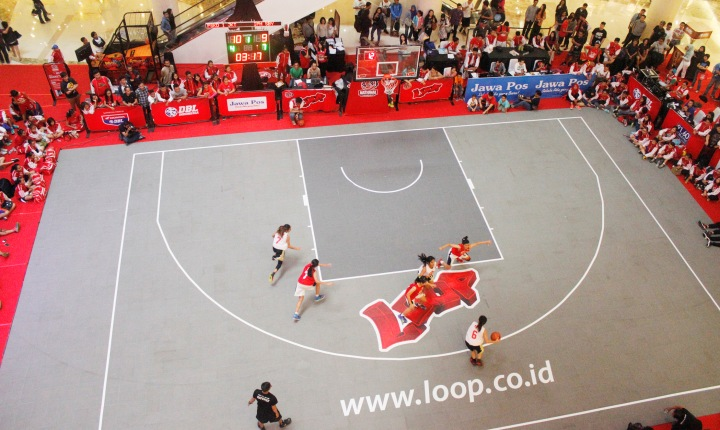 SEMUA TEGANG: Suasana pertandingan big eight Loop 3X3 Competition National Championship antara SMA 1 PSKD Jakarta melawan SMA IPH Surabaya.