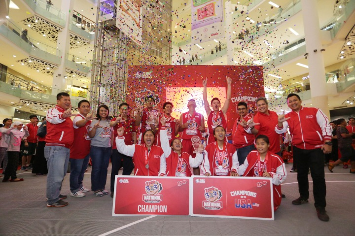 TERBAIK: Direktur PT. DBL Indonesia Masany Audri (kiri ketiga) didampingi General Manager PT. DBL Indonesia Donny Rahardian (Kiri kedua), Vice President Corporate and Community PT. Telkomsel Pusat Primadi K. Putra (kanan keempat), General Manager Community Planning dan Solution PT. Telkomsel Reyhan (kanan ketiga), Manager Youth and Community Central Jabodetabek PT. Telkomsel Wahyu T. Santoso (kiri), Marketing Communication PT. Telkomsel Indra F Punta (kanan), dan Manager Sales and Commercial Planning  PT. Telkomsel Dandy D. Tarigan (kanan kedua) berfoto bersama dengan juara 1 loop 3x3 competition putra dari SMAN 71 Jakarta, dan juara 1 putri dari SMA Diponogoro Blitar di Gandaria City, Jakarta setelah final Loop 3X3 Competition National Championship.