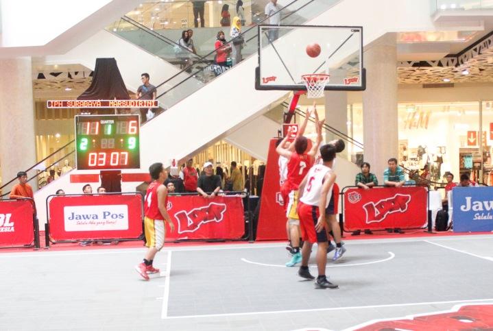 TETAP SERU: Suasana pertandingan Sweet Sixteen antara tim putra SMA IPH Surabaya melawan SMA Marsudirini Bogor di Gandaria City Mall Jakarta pada lanjutan Loop 3X3 Competition Naitonal Championship.