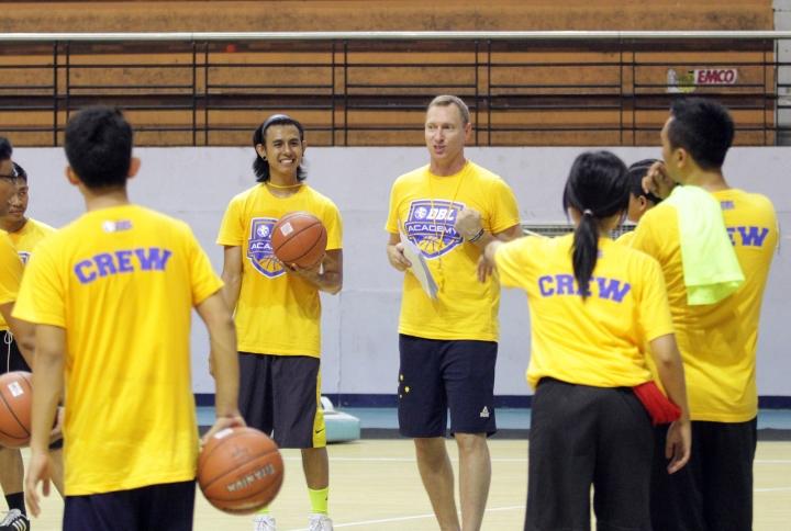 suasana pelatihan tim pelatih DBL academy di DBL arena surabaya bersama mick downer. (15/12)