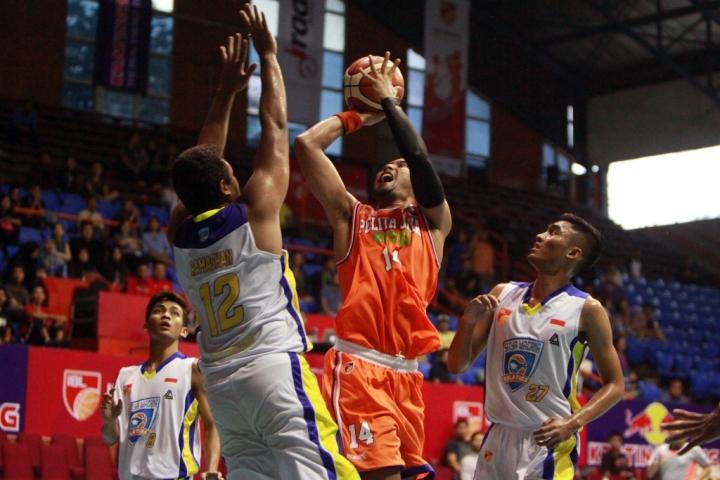 Adhi Pratama Center PJE under basket dibayangi pemain Satya Wacana Salatiga- Dokumentasi IBL