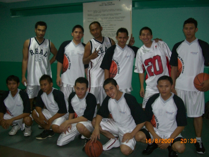 Aldrin Siagian (no 20) bersama teman-teman bermain basketnya