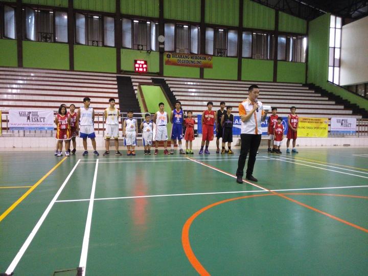 Robert Santo selaku ketua Perbasi Jakarta Barat sedang memberikan kata sambutan dalam pembukaan kompetisi Bola Basket Jakarta Barat 2016