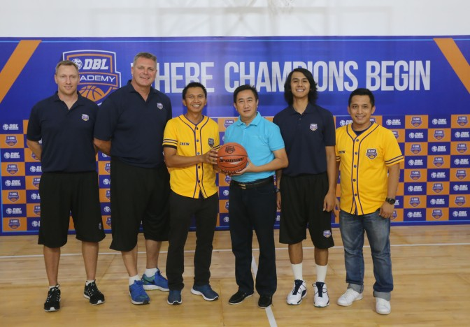 Dari kiri, Technical Director DBL Academy Mick Downer, CEO World Basketball Academy Andrew Vlahov, Direktur Utama DBL Indonesia Azrul Ananda, Direktur PT. Inkor Bola Pacific Thomas More Suharto, Head Coach DBL Academy Dimaz Muharri, dan General Manager DBL Indonesia Donny Rahardian saat peluncuran DBL Academy, Senin (25/1)