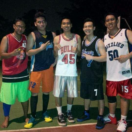 Reza (paling kiri) bersama komunitas Monday Stweetball