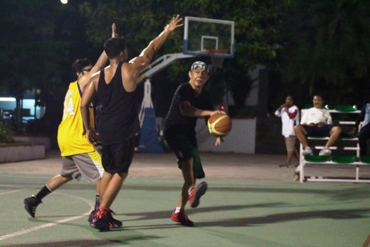 Aksi Bung Ary Sudarsono yang masih lincah dengan trik-trik basket yang mumpuni