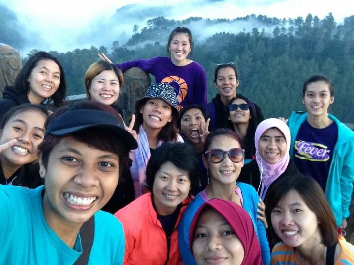 Di sela-sela rutinitas jadwal latian, Team Fever menyempatkan diri untuk menikmati pemandangan alam Tebing Keraton dan berendam di air hangat Ciater Lembang