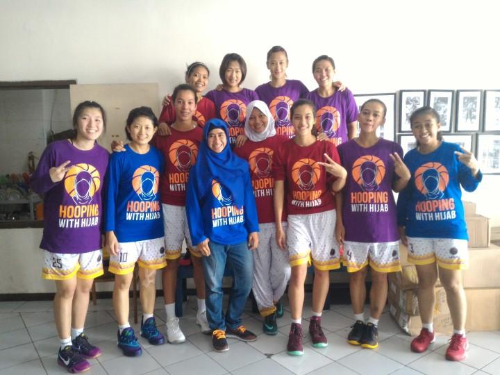 Team Surabaya Fever memakai kaos 'HOOPING WITH HIJAB' saat pemanasan pada game pertama seri Surabaya WIBL