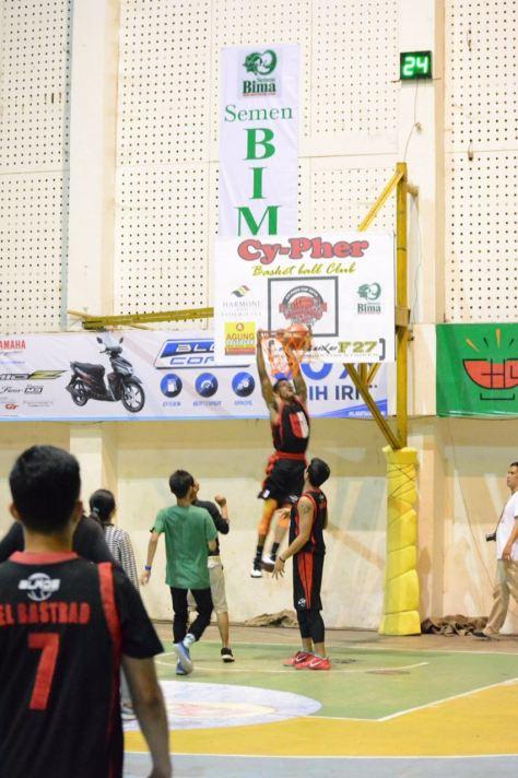 Aksi Jarron Crump saat nge dunk di Hy-pher 2016 Tasikmalaya
