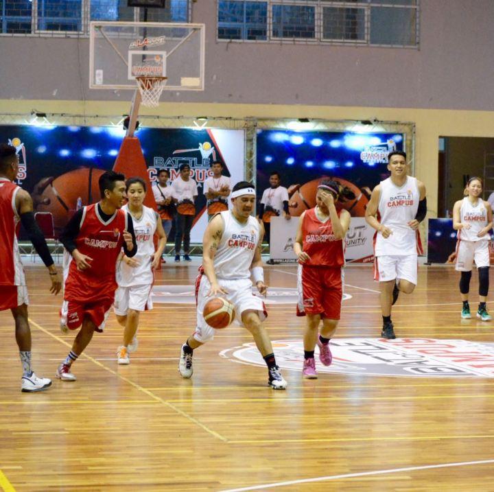 Aksi Mario Lawalata saat bermain basket di BoC Selebritis